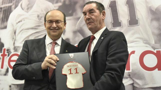 José Castro entrega a Enrique Montero el X Dorsal de Leyenda del Sevilla FC (Foto: SFC)
