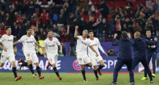 Pizarro y varios jugadores del Sevilla FC corren tras el empate del argentino ante el Liverpool (Foto: EFE)