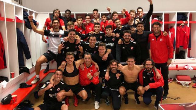 Los jugadores del Sevilla Atlético, tras la victoria en Granada (@CanteraSFC)