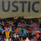 Pancarta desplegada en el Camp Nou (AFP)