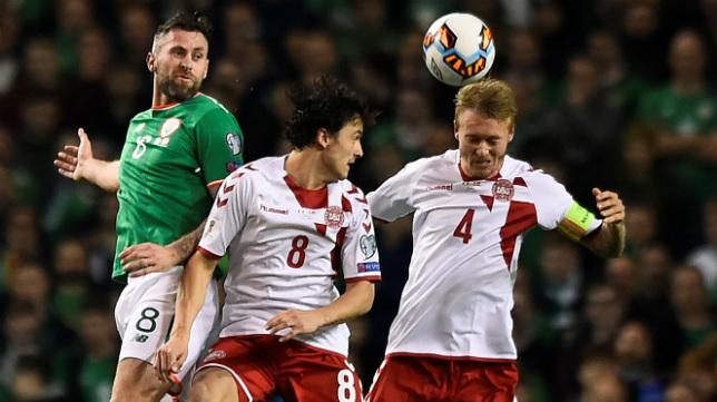 Kjaer despeja un balón de cabeza durante el Irlanda-Dinamarca