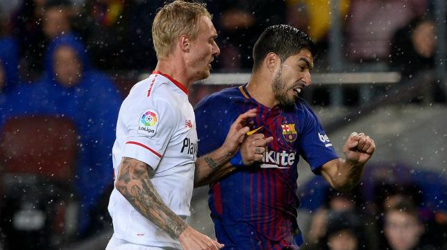 Kjaer pugna por una posición con el delantero Luis Suárez (Foto: AFP)