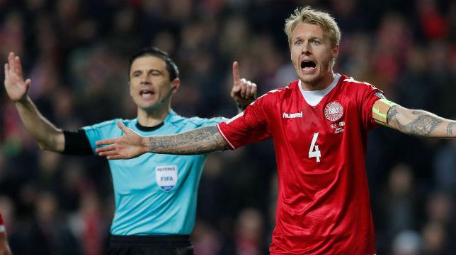 Kjaer, con el brazalete de capitán danés, protesta una acción durante el Dinamarca-Irlanda jugado en Copenhague (Foto: Reuters)