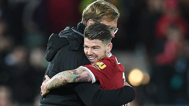 Klopp abraza a Alberto Moreno tras el Liverpool-Southampton, su primer partido como padre