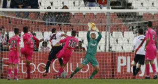 Momento en el que Fede San Emeterio cabecea para hacer el gol del Sevilla Atlético ante el Córdoba. Foto: LaLiga