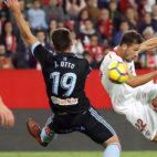 Franco Vázquez remata ante Jonny durante el Sevilla-Celta (Foto: EFE).