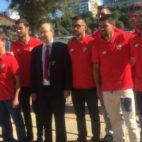 Castro, Navas y Nolito posan con el equipo de Remo del Sevilla para la Regata Sevilla-Betis (Foto: María José López/ABC)