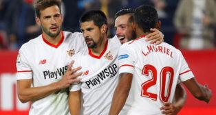 Nolito es felicitado por sus compañeros tras marcar el 2-1 ante el Celta (Foto: EFE).