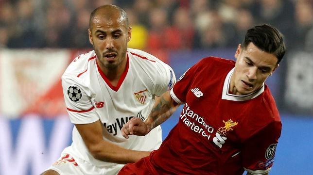 Pizarro pugna con Coutinho durante el Sevilla-Liverpool de la Champions (Foto: EFE)