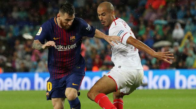 Pizarro, ante Messi en el Barcelona-Sevilla (Foto: Reuters)
