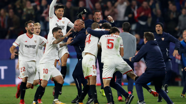 Los jugadores del Sevilla FC celebran con Berizzo el 3-3 ante el Liverpool