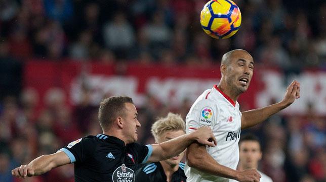 Pizarro salta por encima de Lobotka durante el Sevilla-Celta (Foto: AFP).
