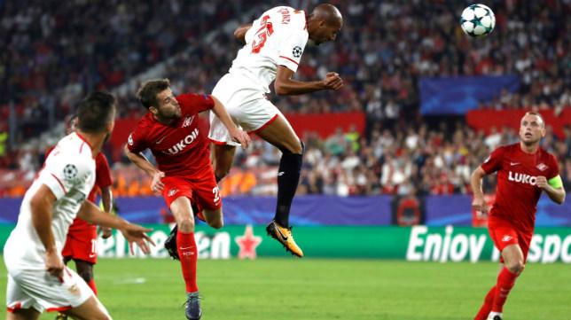 Nzonzi cabecea durante el Sevilla FC-Spartak