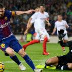 David Soria tapa sobre el césped una acción de Leo Messi (Foto: AFP)