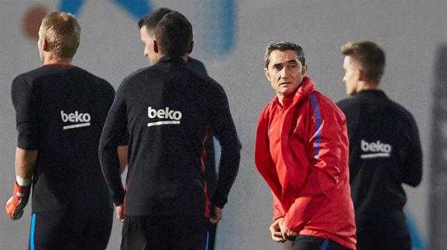 Ernesto Valverde, en un entrenamiento con el Barcelona (Foto: EFE)