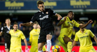 Franco Vázquez controla el balón durante el Villarreal-Sevilla FC