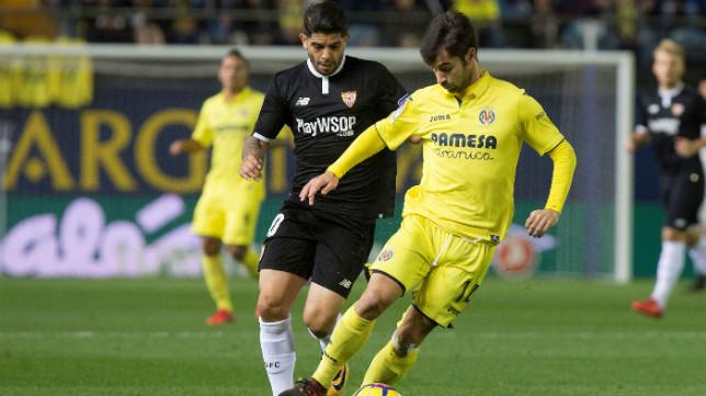 Banega presiona a Trigueros durante el Villarreal-Sevilla FC