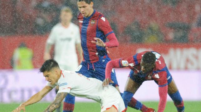 Correa es derribado en el partido ante el Levante (Foto: AFP)
