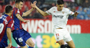 Correa intenta el remate en el partido contra el Levante (Foto: AFP)