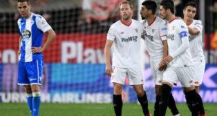 Krohn-Dehli, felicitado por sus compañeros tras marcar al Deportivo (Foto: J. J. Úbeda)