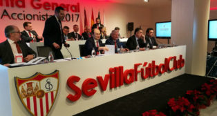 Imagen de la mesa presidencial del consejo de administración del Sevilla FC, con José Castro y Gabriel Ramos al frente, antes del comienzo de la Junta General de Accionistas 2017 (Foto: J. Parejo)
