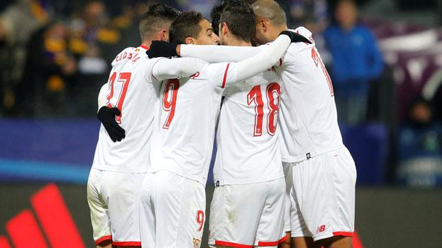 Los jugadores sevillistas celebran el gol de Ganso en Maribor (Foto: Reuters).