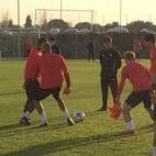 Vincenzo Montella observa las evoluciones de los jugadores del Sevilla en su primer entrenamiento como técnico del club nervionense (Foto: F. M. )