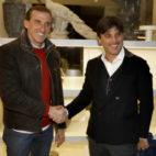 Montella estrecha la mano de Óscar Arias a su llegada a Sevilla. Foto: J. M. Serrano