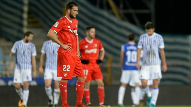 Franco Vázquez cabizbajo tras uno de los goles en el Real Sociedad-Sevilla FC