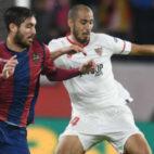 Pizarro disputa un balón con el futbolista del Levante Campaña (Foto: J. J. Úbeda)