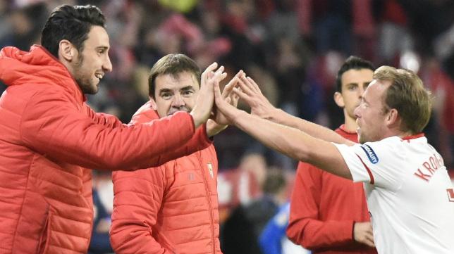 Rico y Krohn-Dehli celebran el gol del danés al Deportivo