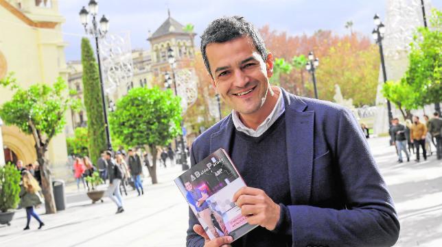 Roberto Arrocha posa con un ejemplar de 'A Balón Parado. El lado humano del Sevilla FC'