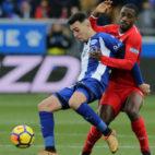 Munir protege un balón ante Carole durante el Alavés-Sevilla