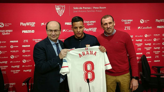 Arana posa con la camiseta del Sevilla junto a Castro y Arias (SFC)