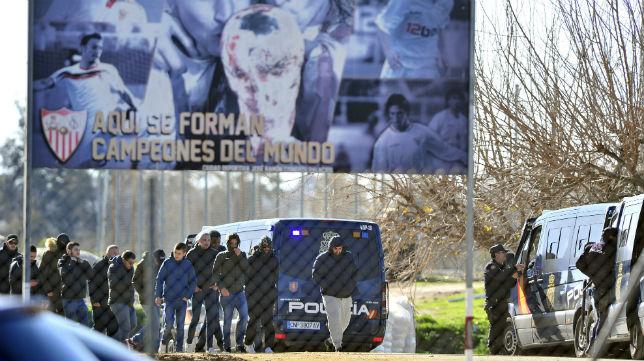 Algunos miembros de los Biris salen de la ciudad deportiva tras hablar con los jugadores (ABC)