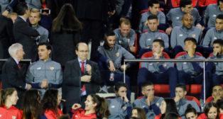 Castro, Montella y varios jugadores del Sevilla FC en la foto de familia. Foto: J. Spínola