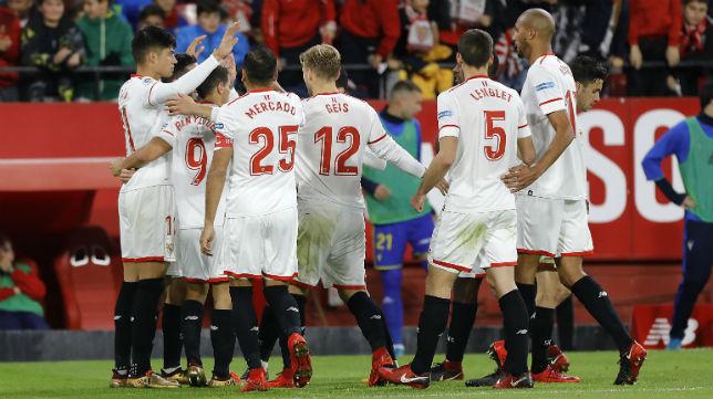 Los jugadores del Sevilla celebran uno de los goles anotados ante el Cádiz en la vuelta de la ronda de la Copa del Rey (Foto: J. M. Serrano)