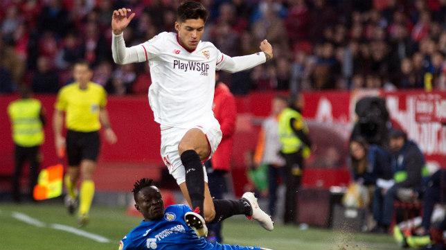 Correa intenta marcharse de Djené durante el Sevilla FC-Getafe