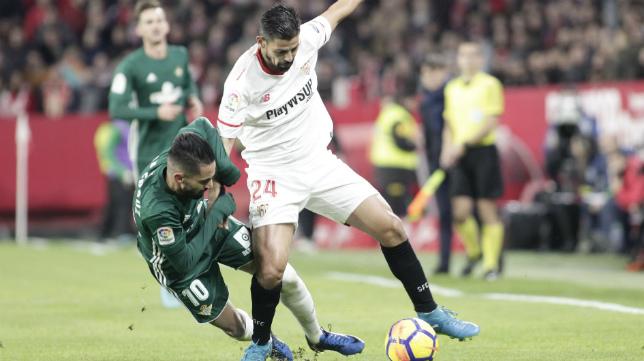 Nolito, encimado por Boudebouz, en el derbi Sevilla-Betis (Foto: Juan Flores)