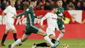Fabián pugna con Banega en el derbi Sevilla-Betis