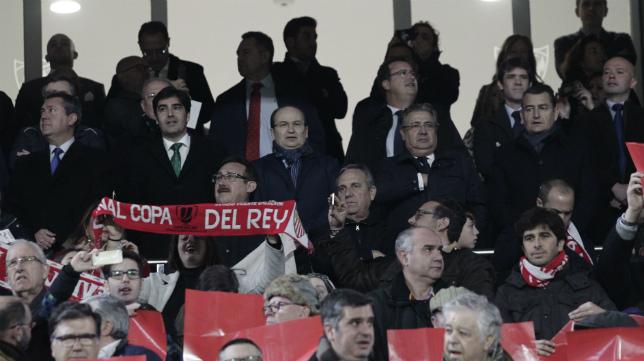 Haro, Castro y Zoido en el palco durante en el derbi Sevilla-Betis (Foto: Juan Flores)