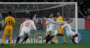 Banega, Correa, Franco Vázquez y Escudero, en el Sevilla-Atlético de Madrid (Reuters)
