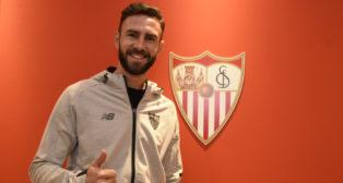 Miguel Layún posa como nuevo jugador del Sevilla FC. Foto: SFC