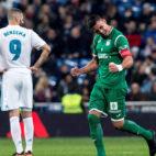 Gabriel Pires, del Leganés, celebra su gol ante Benzema (Foto: EFE).