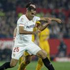 Mercado disputa un balón en el partido ante el Atlético de Madrid (Foto: AFP)