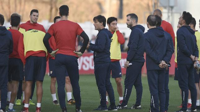 Montella se dirige a sus jugadores durante un entrenamiento del Sevilla FC