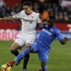 Navas intenta zafarse de Amath durante el Sevilla FC-Getafe. Foto: J. M. Serrano