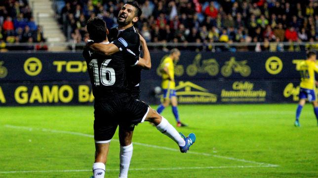 Nolito y Navas celebran un gol en el Cádiz-Sevilla (EFE)