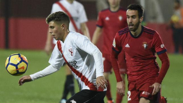 El jugador del Sevilla Atlético Pozo es perseguido por el osasunista Corls (Foto: Jesús Spínola)
