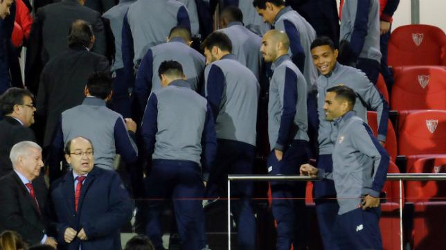 Varios jugadores del Sevilla FC, tras la foto de las plantillas en la ciudad deportiva (Foto: Jesús Spínola)